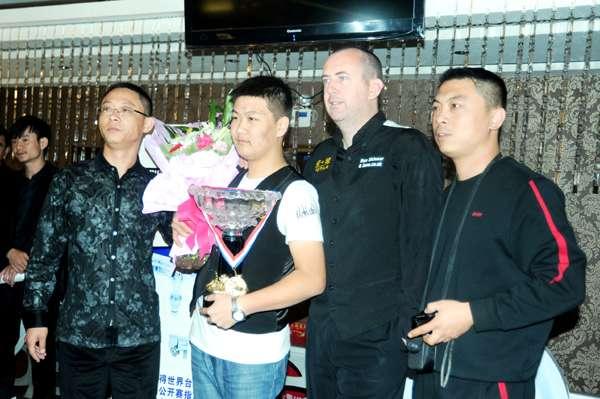 马克与星牌酷8王总(左一)为小将金鹏颁奖