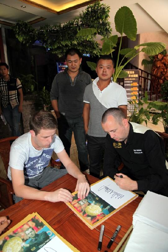 马克签名签到手软