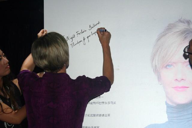 费雪在自己的海报上写下了祝福的话语
