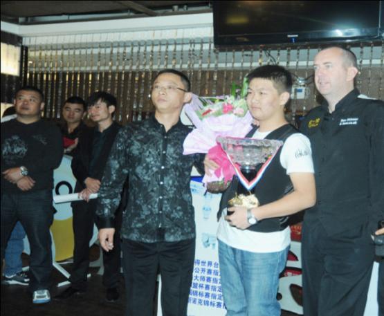 王总与马克共同为选手颁奖