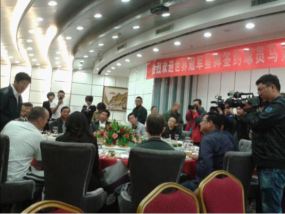 马克来到酷8会所,受到了吴忠市领导的热情欢迎,本地媒体也大力报道