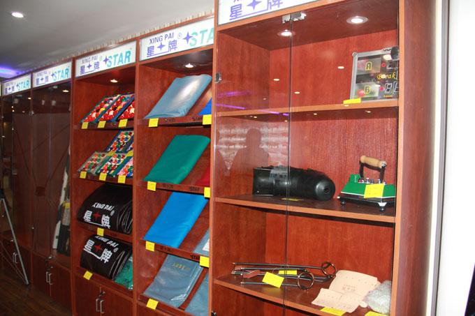 台球用品琳琅满目俨然是星牌台球用品展览馆