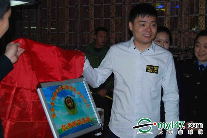 """丁俊晖先生亲自为""""吉林省高速交警支队桌球协会--红都基地""""揭牌"""