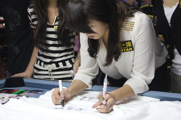 t恤上 秀气的中文签名让球迷十分惊讶