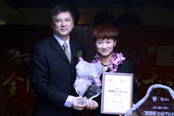 中国台协副秘书长张小冬为女子冠军韩雨颁奖
