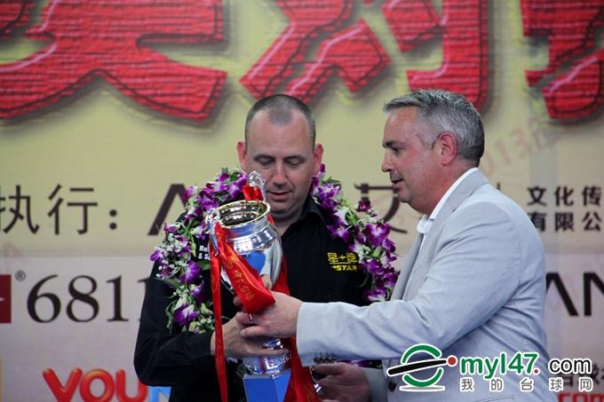 世界台联商业总监迈尔斯-皮尔斯先生为星牌中式台球中英对抗赛亚军威廉姆斯颁奖