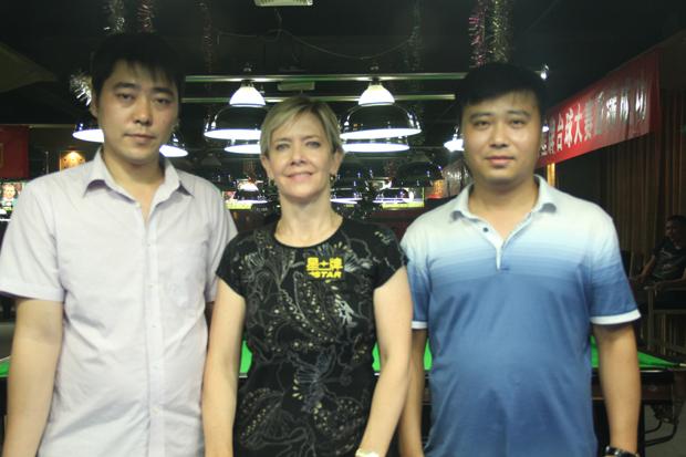 费雪与俱乐部总经理张津、俱乐部店长程小东合影留念