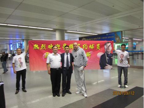 马克与接机的领导在机场合影