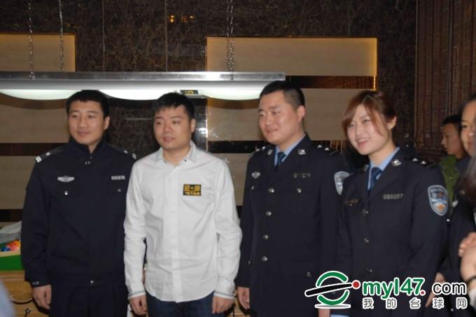 丁俊晖先生和吉林省高速交警支队代表合影