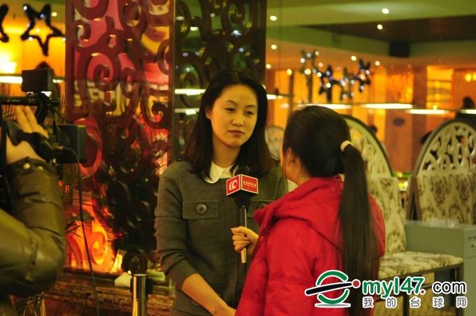红都?国际桌球会馆总经理李廷君女士接受记者采访