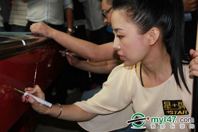 星牌签约世界冠军潘晓婷 李赫文在球台上签名