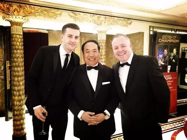 甘连舫与本届世锦赛冠军塞尔比和亚军希金斯合影