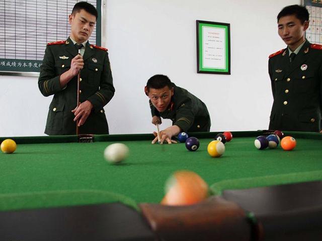 武警官兵打台球